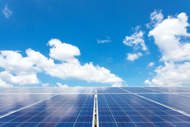 Energia solare per energia rinnovabile elettrica dal sole fotografie stock libere da diritti