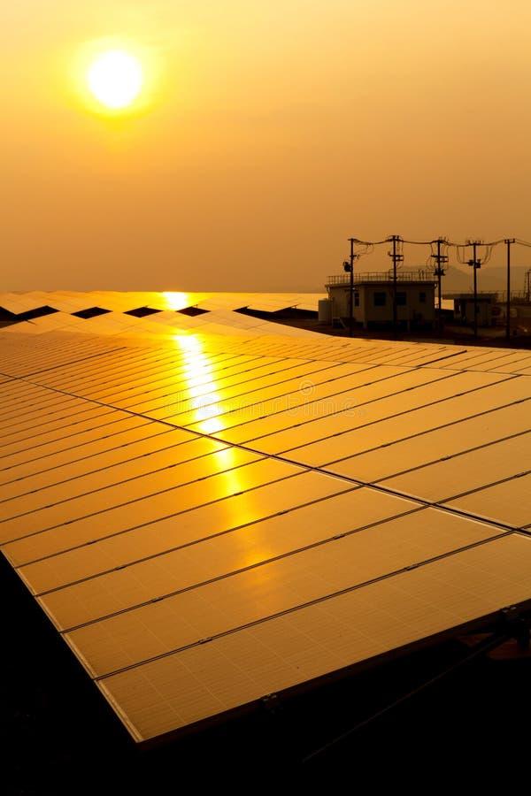 Energia solare per energia rinnovabile elettrica dal sole fotografia stock libera da diritti