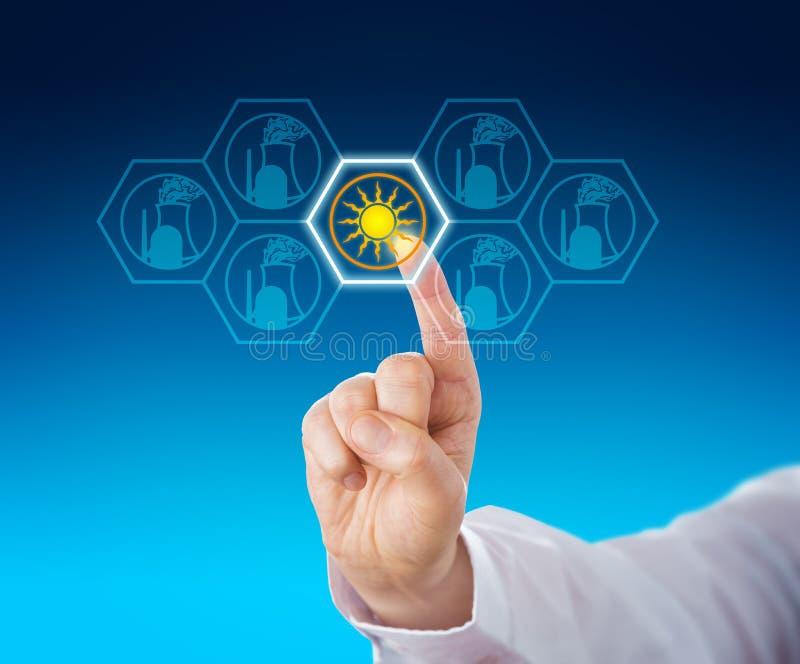 Energia solare selezionata sopra energia nucleare tramite il tocco fotografie stock libere da diritti