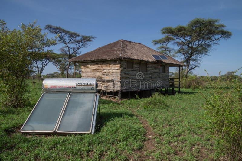 Energia solare usata per la capanna sulla savana africana immagine stock libera da diritti