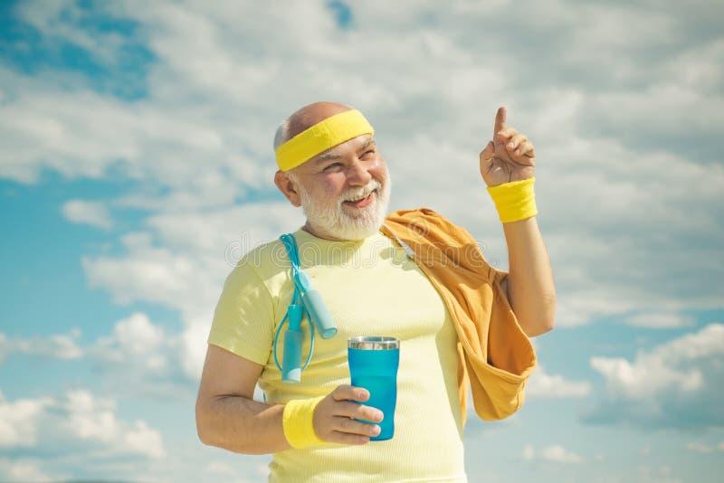 Energico per gli sportivi anziani L'uomo anziano si gode lo stile di vita sportivo Sport Finito il divertente sportivo sportivo immagini stock