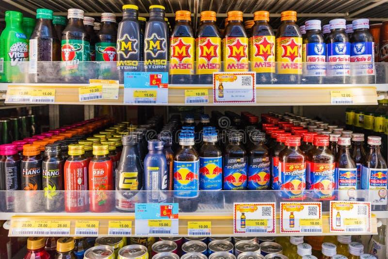 Energidrinkavsnitt i en servicebutik royaltyfria bilder