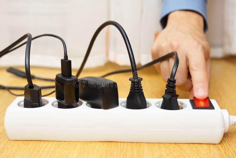 Energie - besparingen met het uitzetten van elektrische apparaten stock foto's