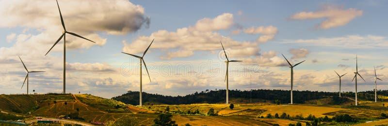 Energie - besparingsconcept met panoramamening van windturbine const stock afbeeldingen
