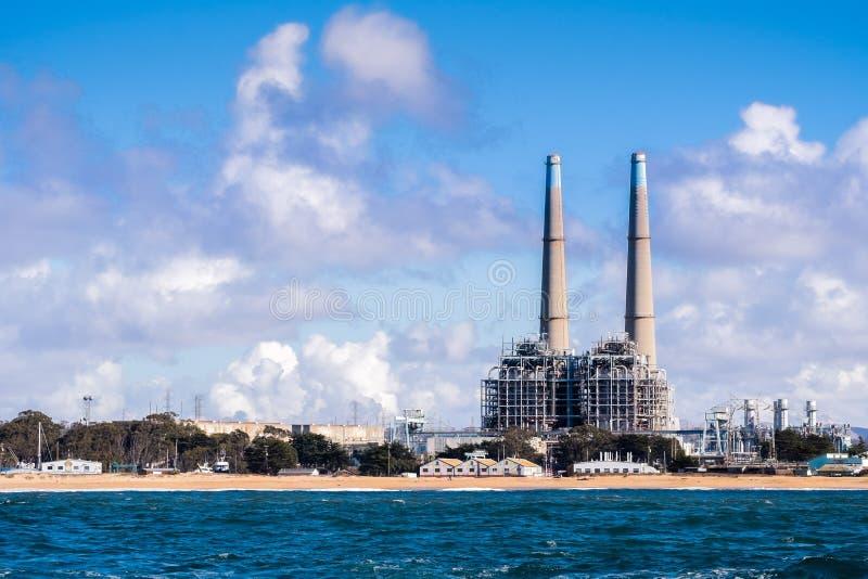 Energie, die Anlagen und andere Industriebauten auf Th erzeugt stockfotos
