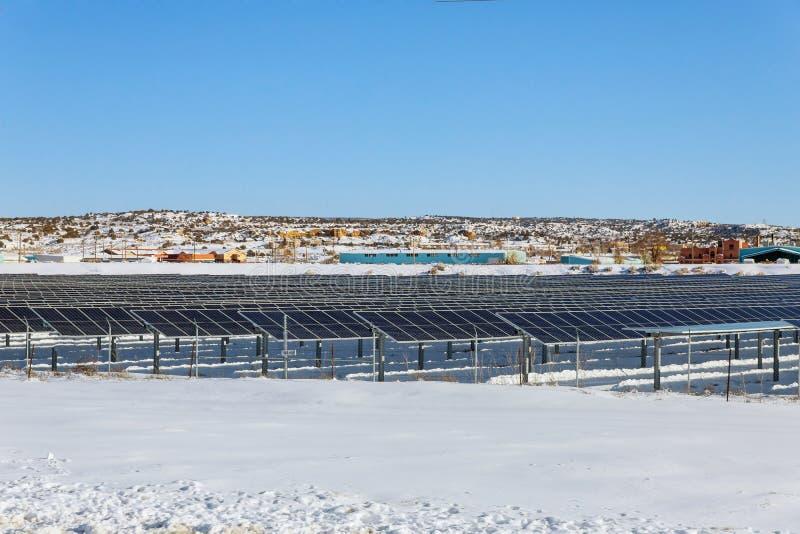 Energie die tijdens de winter van photovoltaic panelen wordt beperkt stock foto's