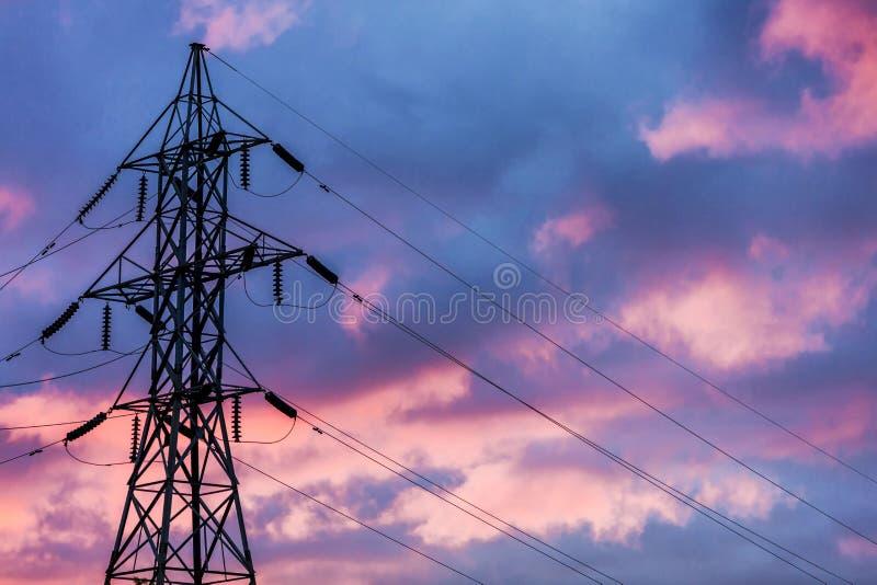 Energie-Freileitungsmast stockbild