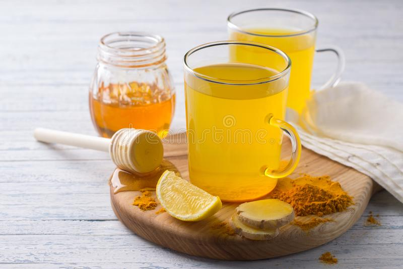 Energie tonische drank met kurkuma, gember, citroen en honing royalty-vrije stock fotografie