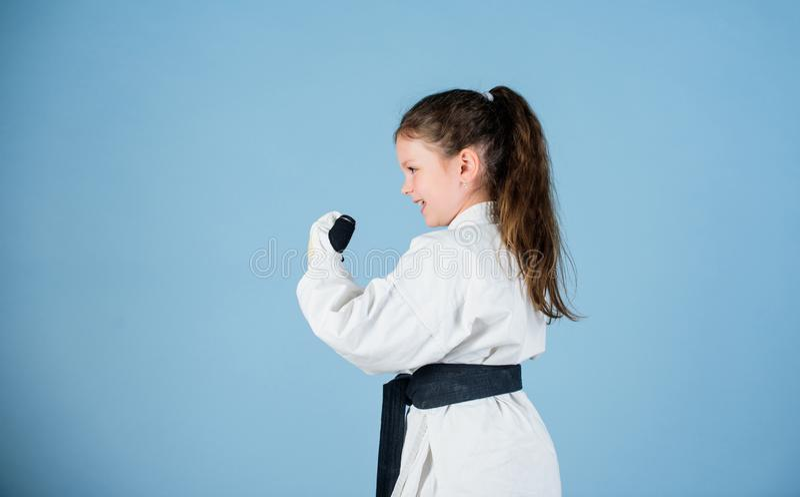 Energie und Balance Sporterfolg im Einzelkampf kleines M?dchen in der Kampfkunstuniform ?bendes Kung Fu gl?cklich stockfotos