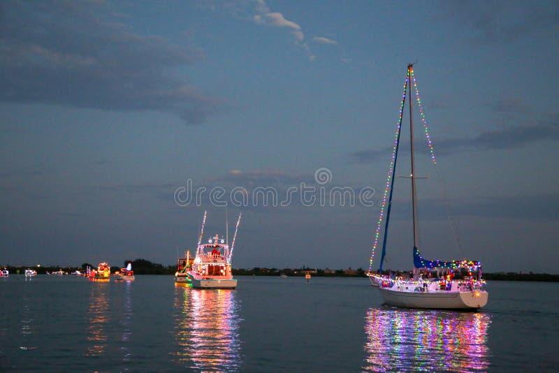 Energie und Segelboote nehmen an einer Holida-Boots-Parade teil lizenzfreies stockfoto