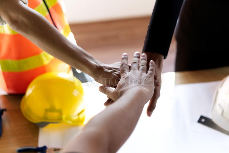 Energie von Zusammenarbeit und von guter Teamwork im Baugewerbe Zu dem Ziel und sich entwickelnden stützbaren Partnerschaften fo lizenzfreies stockfoto
