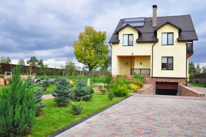Energieeffizienz-neues Passivhaus-Gebäude-Konzept-Äußeres Gemütliches Haus mit Solarwasser-Flächenheizung, Mansardenfenster, Sonn lizenzfreie stockfotografie
