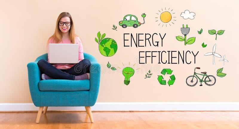 Energieffektivitet med den unga kvinnan som använder hennes bärbar dator fotografering för bildbyråer