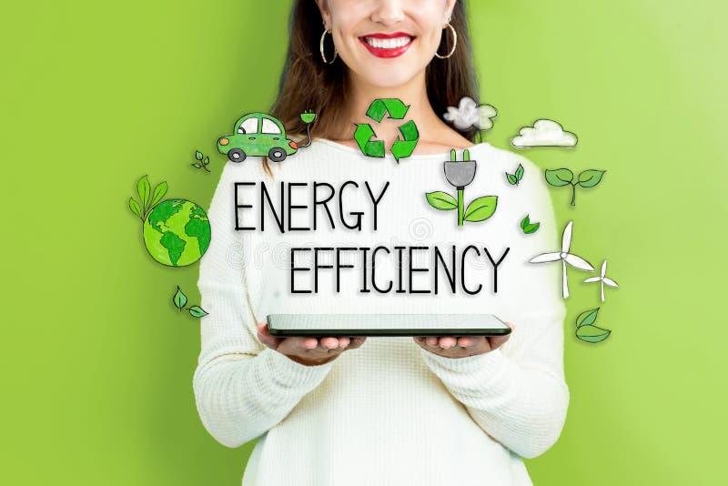 Energieffektivitet med kvinnan som rymmer en minnestavla royaltyfri fotografi