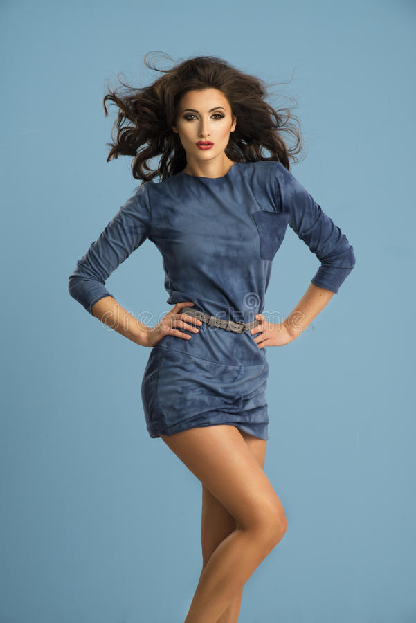 Energiefrau im blauen Kleid stockbild