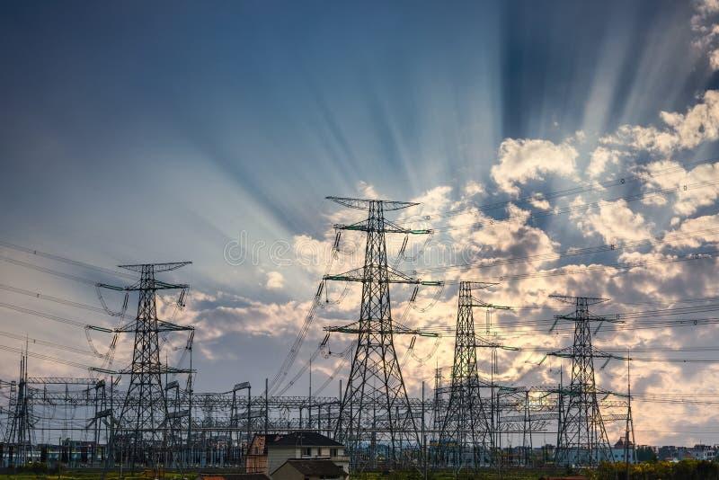 Energiefreileitungsmast- und -sonnenstrahlen lizenzfreie stockbilder