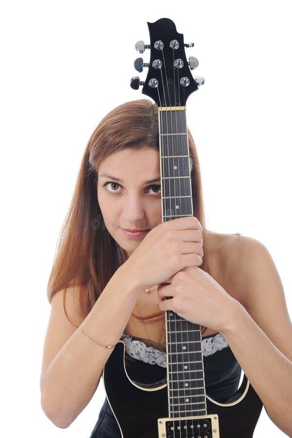 Energiek meisje met een zwarte gitaar in zijn hand. royalty-vrije stock foto
