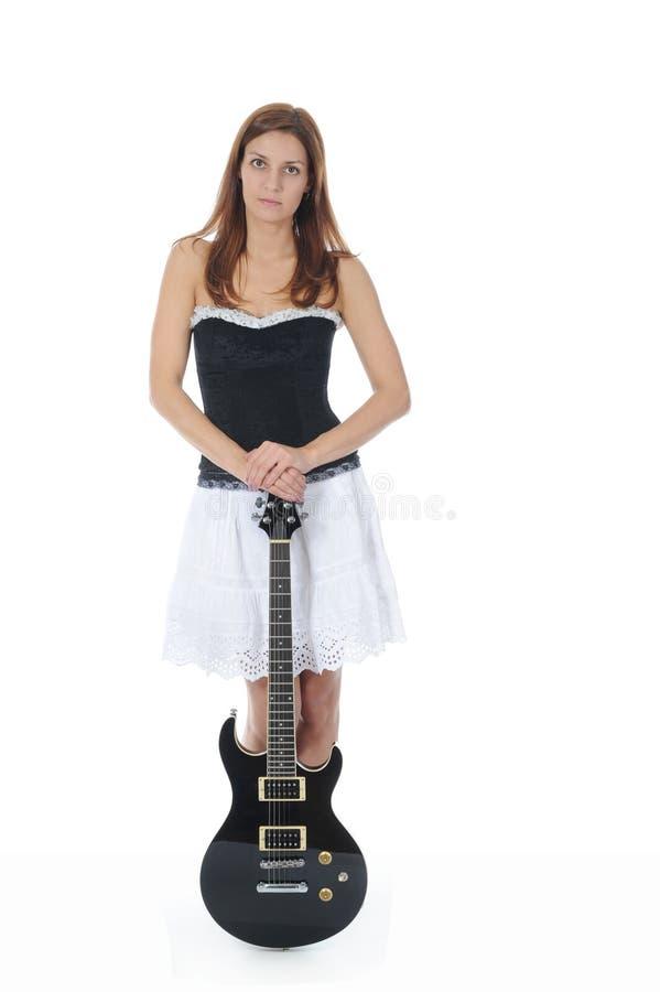 Energiek meisje met een zwarte gitaar in zijn hand. royalty-vrije stock fotografie