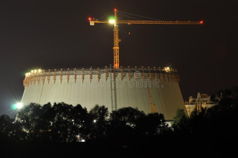 Energielichter belichtet nachts Kamine, die Rauch starten Kräne, das Elektron verlängernd Hitzegeneration lizenzfreies stockbild