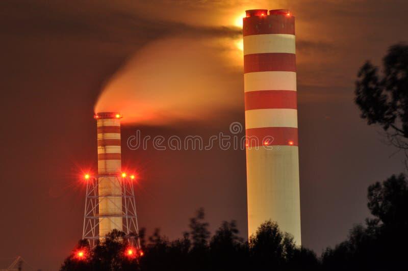 Energielichter belichtet nachts Kamine, die Rauch starten Kräne, das Elektron verlängernd Hitzegeneration lizenzfreie stockfotos