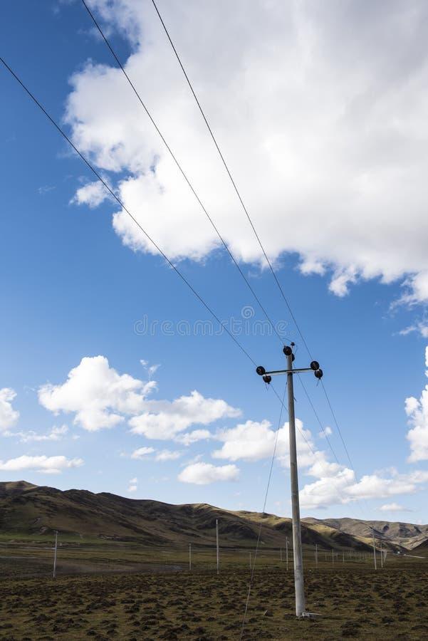 Energielieferung auf dem Grasland lizenzfreies stockbild
