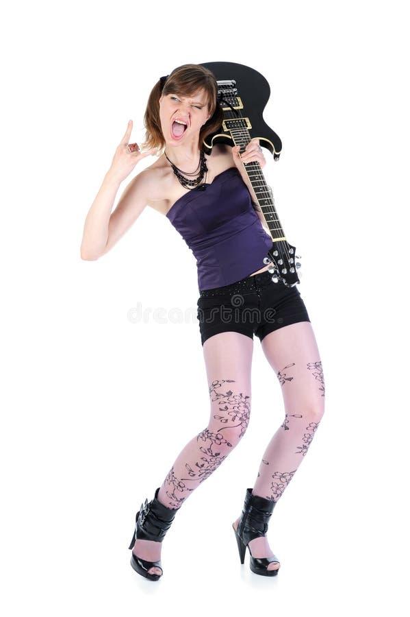 Energiemädchen mit einer schwarzen Gitarre in seiner Hand. lizenzfreie stockbilder