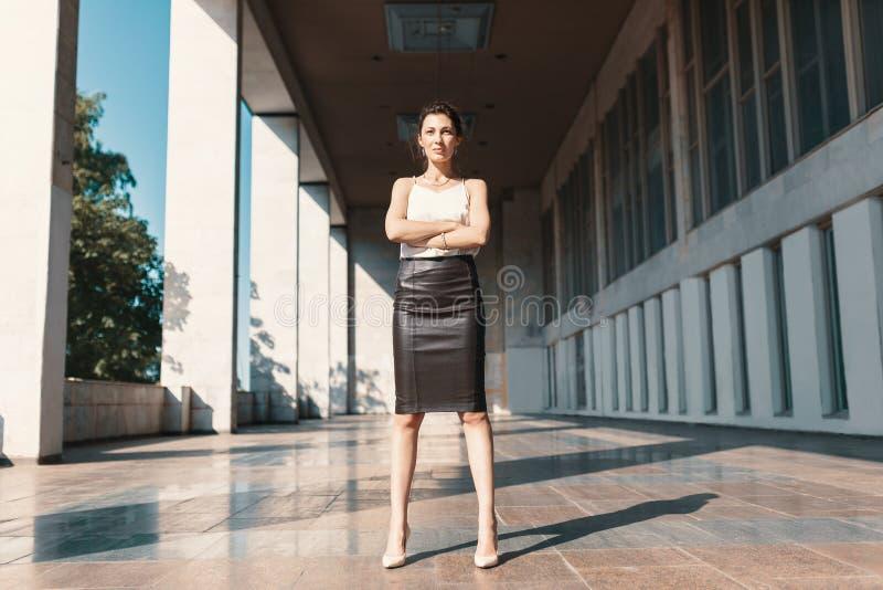 Energieposition - überzeugte Geschäftsfraustellung mit gekreuztem a stockfotos