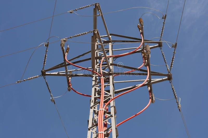 Energiepylonturm mit Stromleitung Isolatoren stockbild