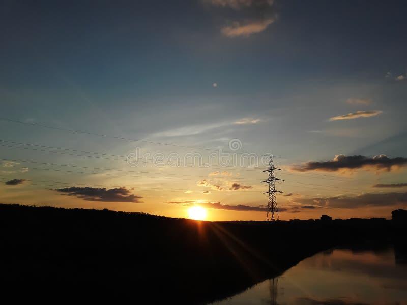 Energiesäule eine Seereflexion auf einem Sonnenunterganghintergrund lizenzfreies stockbild