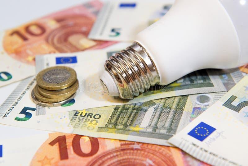 Energiesparen und Geld als Energiesparlampe lizenzfreie stockfotos