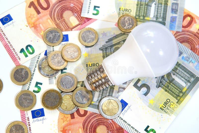 Energiesparen und Geld als Energiesparlampe stockfotografie