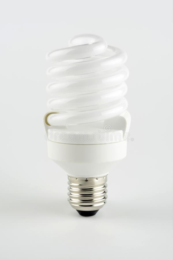 Energiesparende Glühlampe wie eine Spirale stockbild