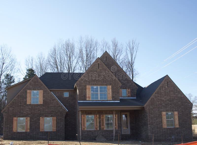 Energiesparendes Windows und Fensterläden auf einem neuen Haus lizenzfreies stockbild