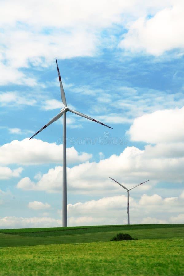 Energiewindmühlen auf dem grünen Sommergebiet lizenzfreies stockbild