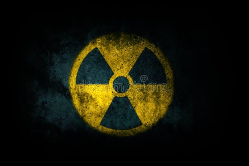 Energii atomowej napromieniania promieniotwórczego jonizacyjnego atomowego round symbolu żółty kształt malujący na masywnej zdjęcie royalty free