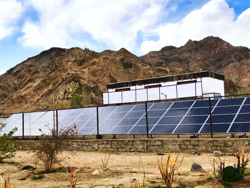 Energii słonecznej roślina instalująca przy dużą wysokością - Laddakh, India obraz stock