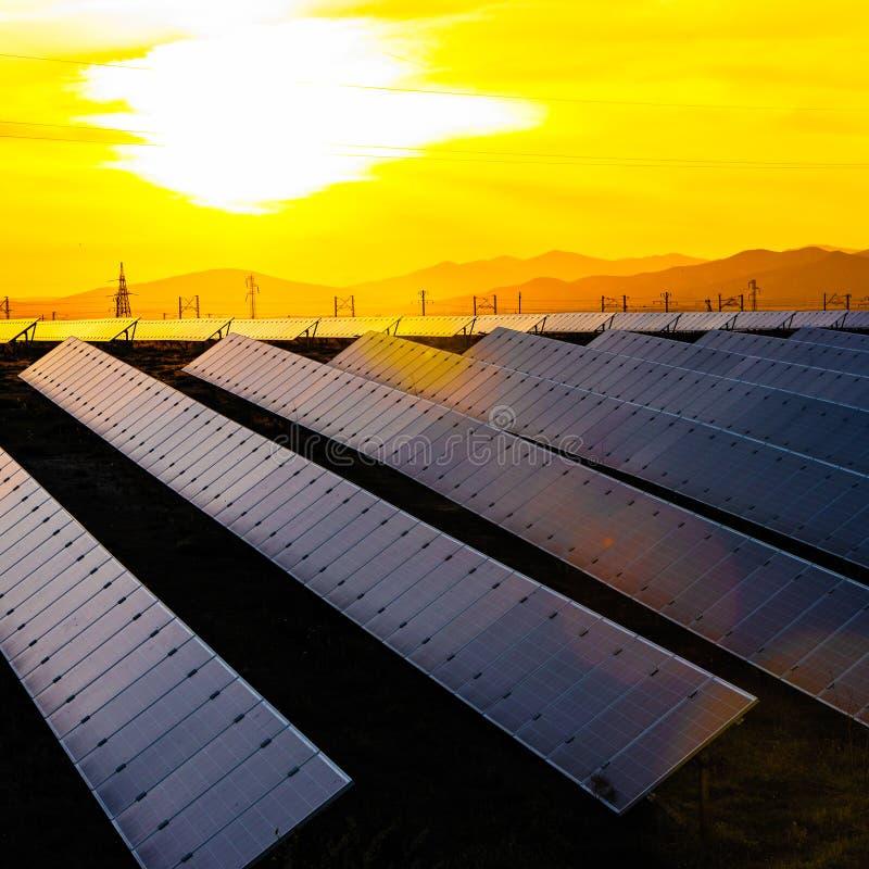 Energii słonecznej stacja, alternatywny elektryczności źródło fotografia royalty free