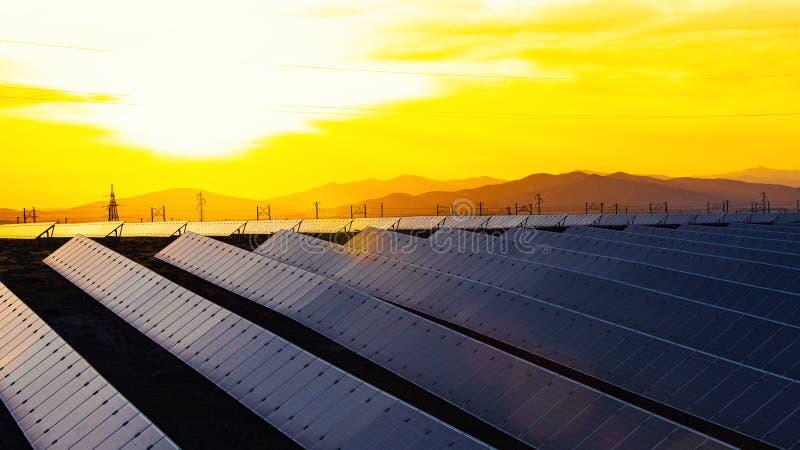Energii słonecznej stacja, alternatywny elektryczności źródło obrazy stock