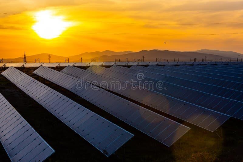 Energii słonecznej stacja, alternatywny elektryczności źródło zdjęcia stock
