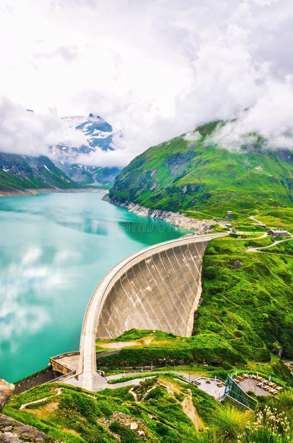 Energii wodnej stacja przy wysokimi górami obraz royalty free