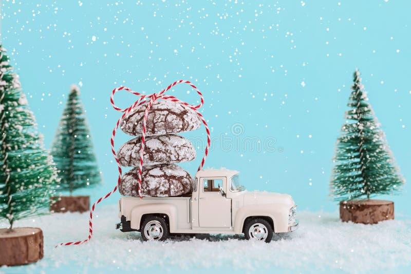 ENERGODAR, de OEKRAÏNE - Januari, 2019: Chocoladekoekjes die met lint op dak van witte stuk speelgoed auto worden verpakt - Beeld royalty-vrije stock afbeeldingen