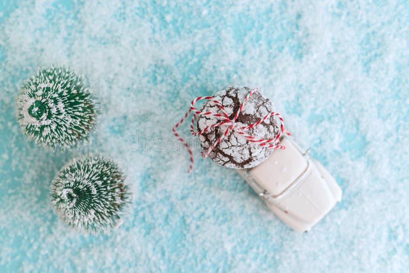 ENERGODAR, de OEKRAÏNE - Januari, 2019: Chocoladekoekjes die met lint op dak van witte stuk speelgoed auto worden verpakt - Beeld royalty-vrije stock fotografie