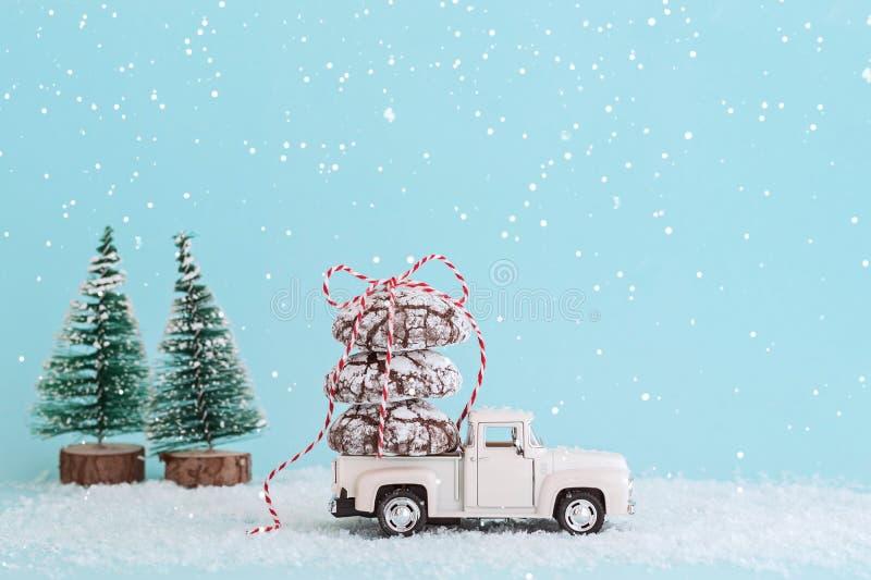 ENERGODAR, UCRÂNIA - em janeiro de 2019: Cookies do chocolate envolvidas com a fita no telhado do carro branco do brinquedo - Ima imagem de stock royalty free