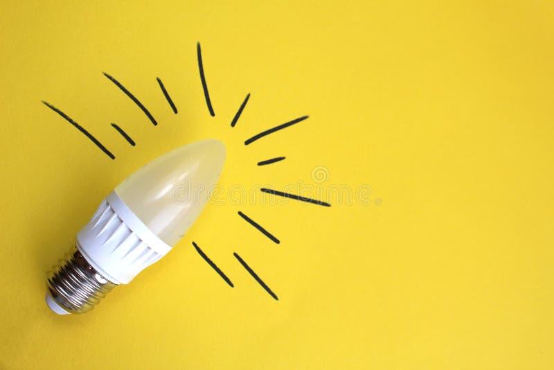 Energooszczędna żarówka na żółtym tle zdjęcia stock