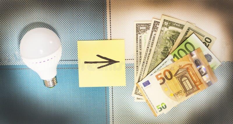 Energooszczędne lampy i pieniądze pojęcie frugality Zakończenie zdjęcie royalty free