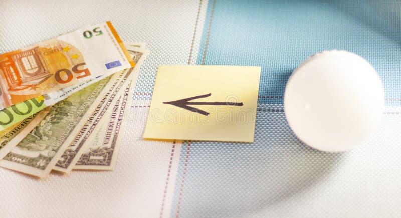 Energooszczędne lampy i pieniądze pojęcie frugality Zakończenie zdjęcie stock
