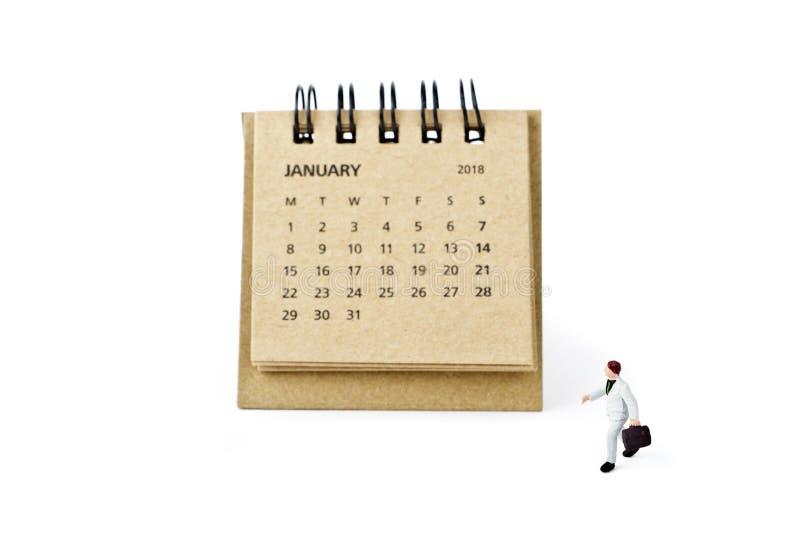 enero Haga calendarios la hoja y al hombre de negocios plástico miniatura en whi imagenes de archivo
