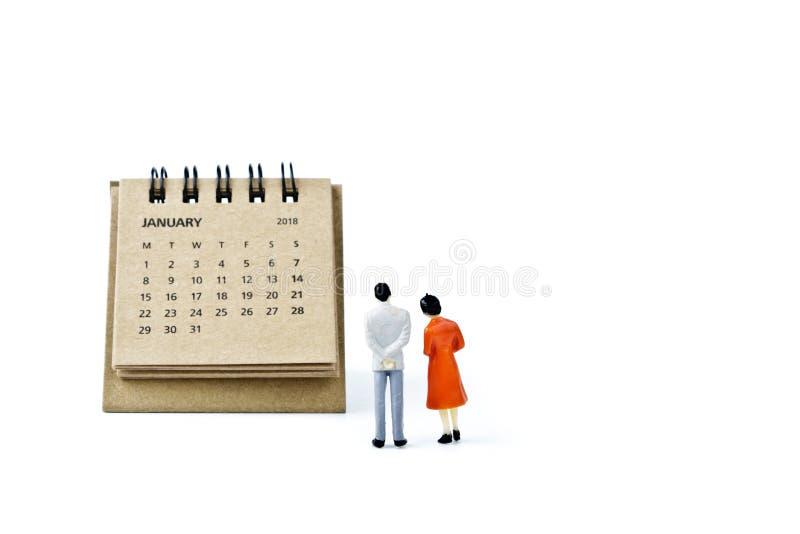 enero Haga calendarios la hoja y hombre y mujer plásticos miniatura en w imagen de archivo libre de regalías