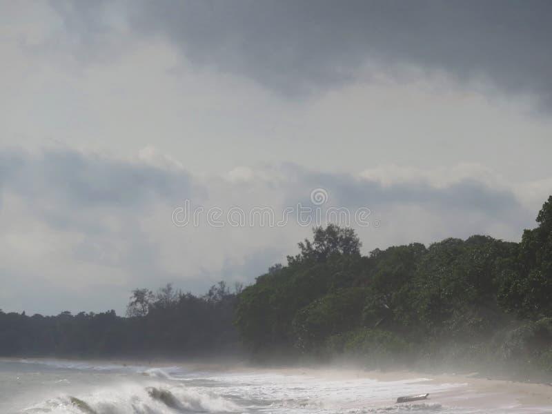 Enevoado no alvorecer na praia de Desaru, Johor, Malásia foto de stock