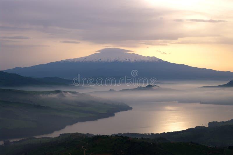 Enevoado no lago e na montagem Etna fotografia de stock royalty free